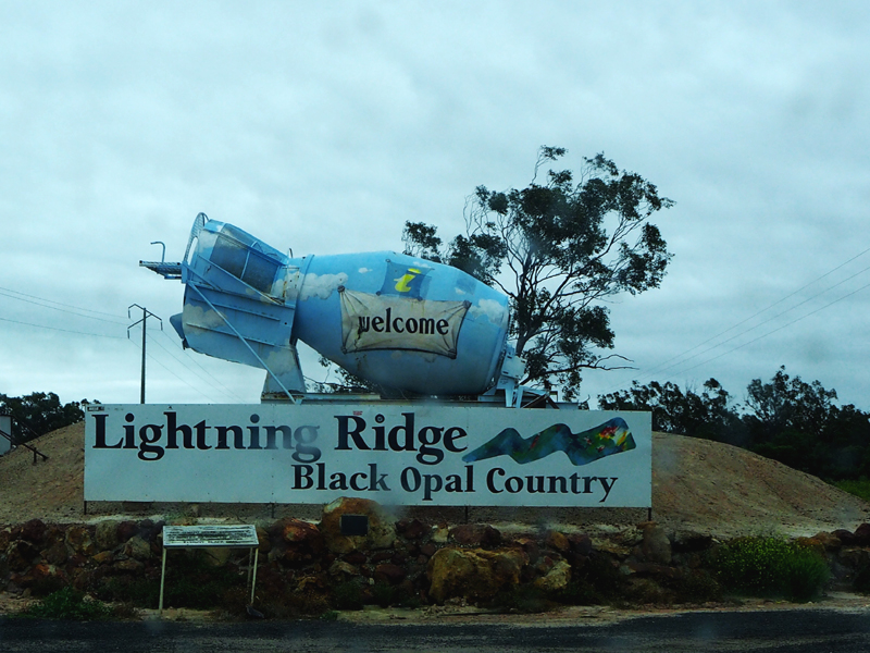 Lightning_Ridge_Sign_agitator_tourist_opal